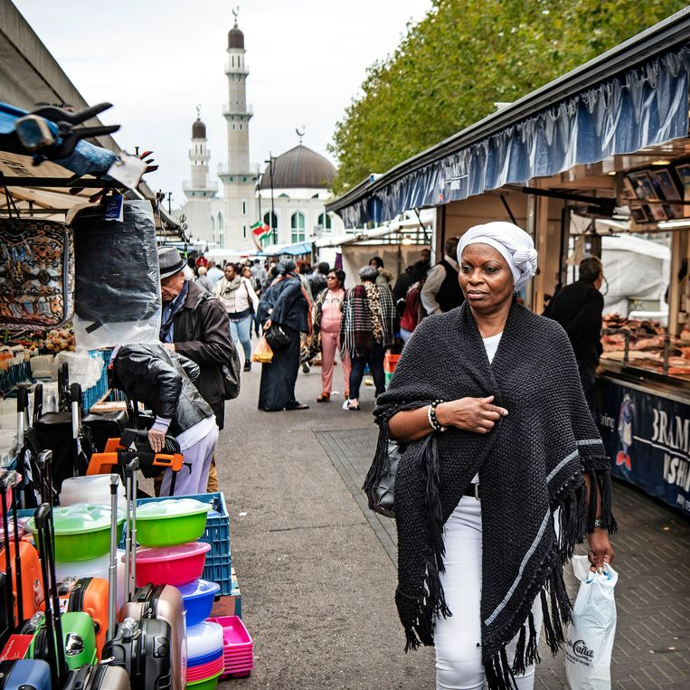 Op de wekelijkse markt in de Bijlmer komt de hele buurt even langs. Beeld Guus Dubbelman / de Volkskrant