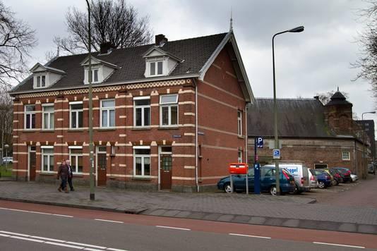 De officierswoningen met op de achtergrond het Kruithuis.