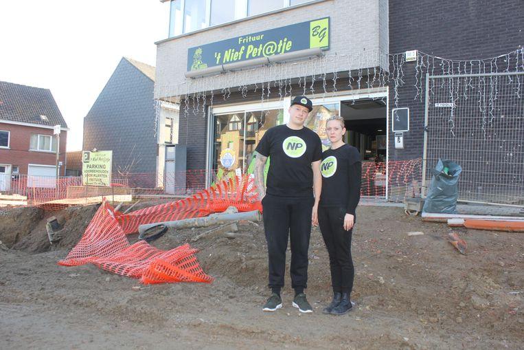 Peter De Deyn en Nele Van der Poten bij hun frituur.