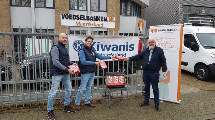 Vrijwillligers van Kiwanis overhandigen de chocoladeletters aan Ton Stapelbroek (rechts), bestuurslid van de Voedselbank Montferland.