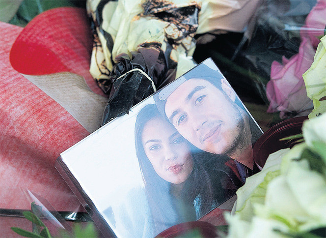 Een foto van de omgekomen Bryce Fredriksz met zijn vriendin Daisy Oehlers in de bloemenzee op Schiphol