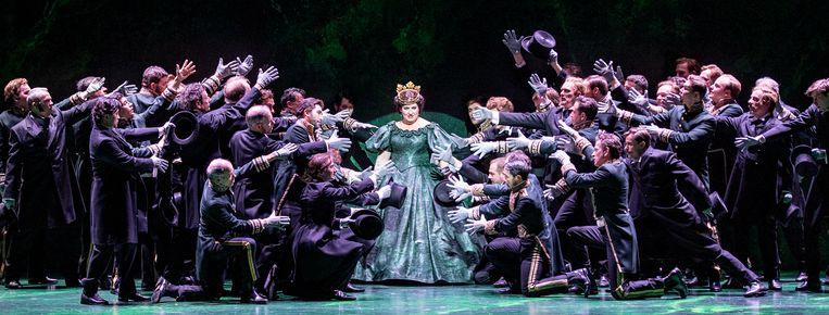 De showy revue-opkomst van Abigaille (Anna Pirozzi) met niet-geestige dansjes van het koor.  Beeld Martin Walz/DNO