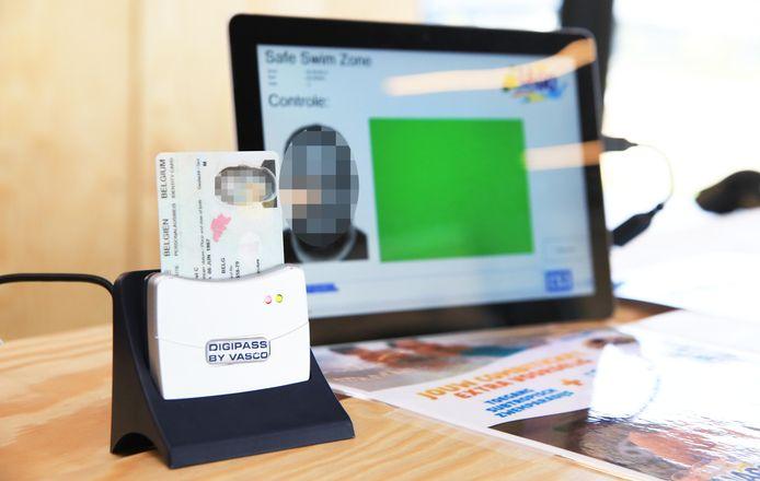 Bezoekers vanaf 12 jaar moeten sinds een maand verplicht hun identiteitskaart laten controleren in het zwembad Weide.