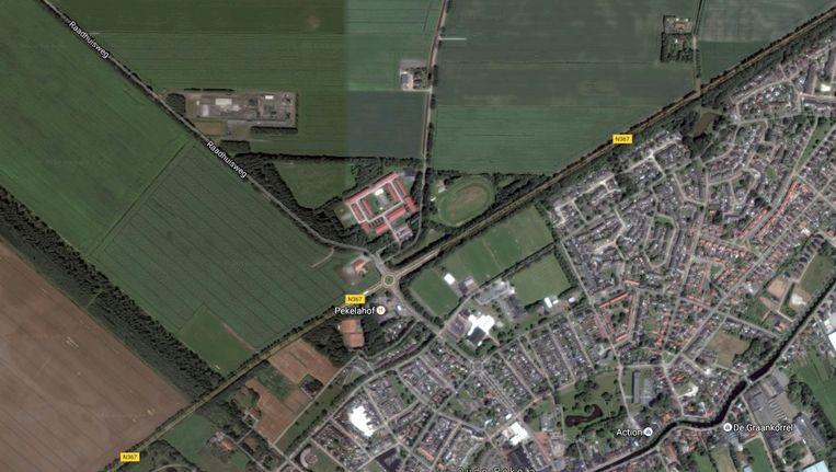 Een beeld van Oude Pekela, met het azc in het midden, naast de atletiekbaan. Beeld GoogleMaps