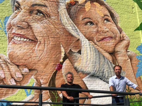 Graffitikunstenaar SMOK en districtsschepen Kris Gysels (Open Vld) voor het fraaie portret.