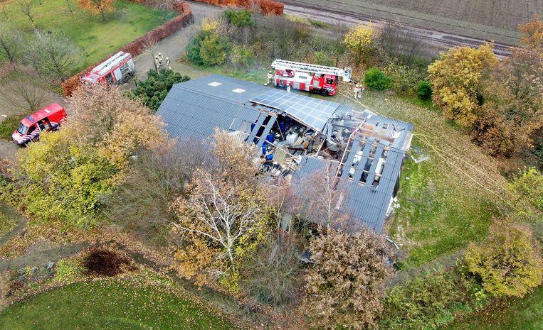 Twee personen zijn gewond geraakt door een explosie en daarop volgende brand in een drugslab in Weert.  Beeld ANP