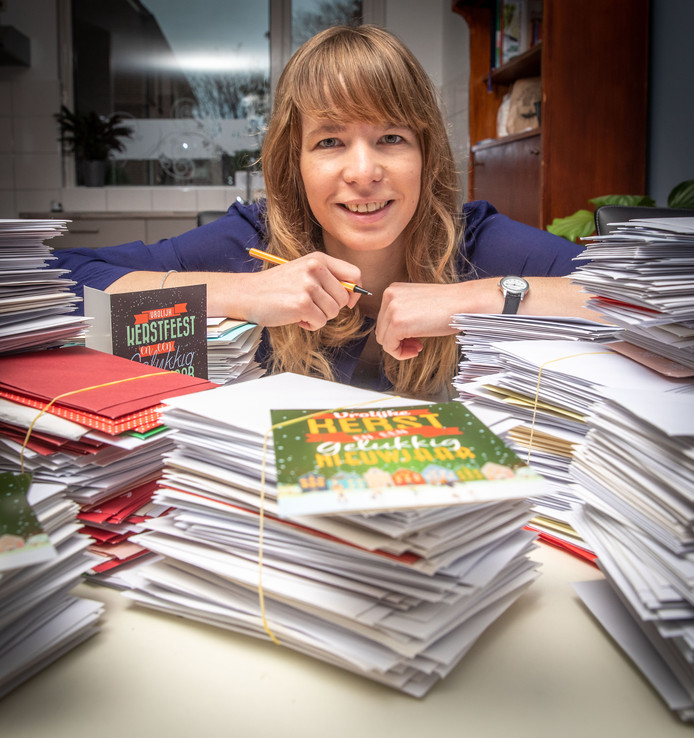De 31-jarige Marlies Heijboer tussen bergen door haar geschreven kerstkaarten.