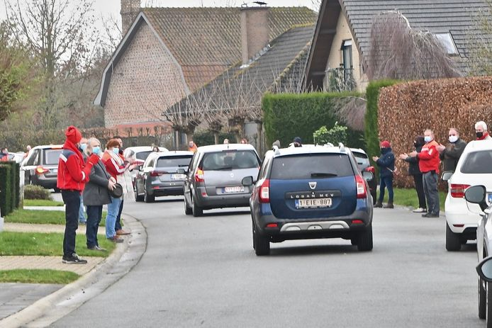 Onder applaus van de postbodes passeerde de lijkwagen gevolgd door de auto's van de familieleden.