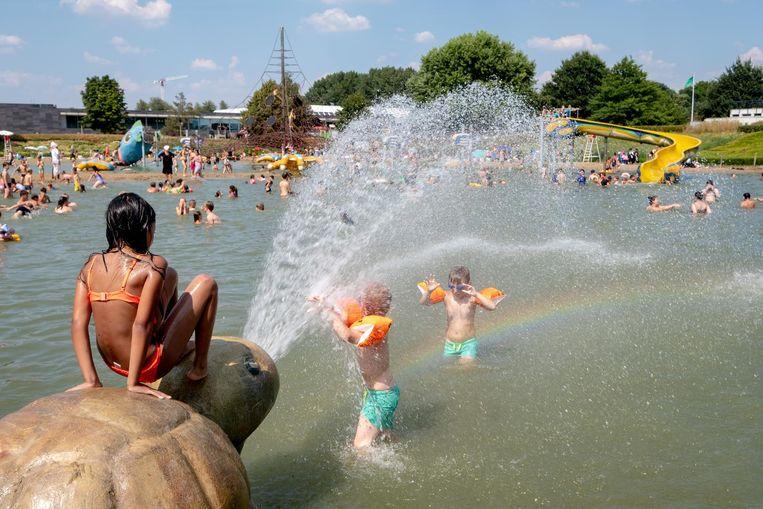 Zo simpel kan genieten zijn: kindjes die zich samen uitleven met wat waterpret.