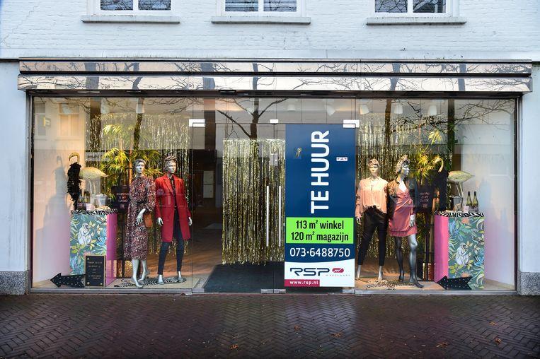 Voor het aanblik van de winkelstraat is de etalage van een leegstaande winkel aangekleed. Beeld Marcel van den Bergh