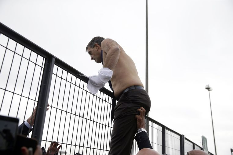 Personeelsdirecteur Xavier Broseta ontsnapt met kleerscheuren aan boze werknemers. Beeld afp
