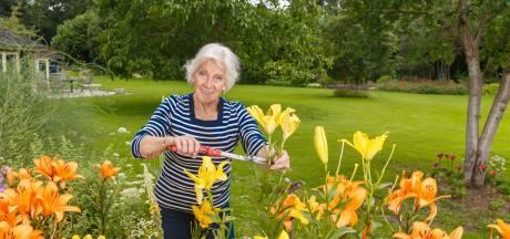 Anna (81) uit Hattem blijft fit dankzij hectare vol groen: 'Deze tuin heeft mij gered'