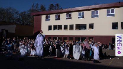 Imam komt spreken met leerlingen College die Arabische 100-dagenviering organiseerden