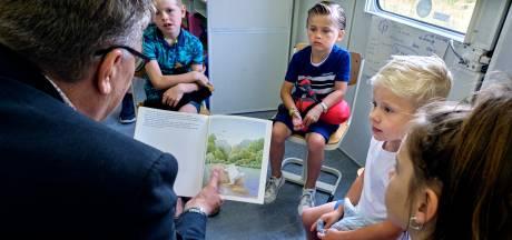 Kinderen van kermisexploitanten krijgen les van de wethouder in Rijdende School
