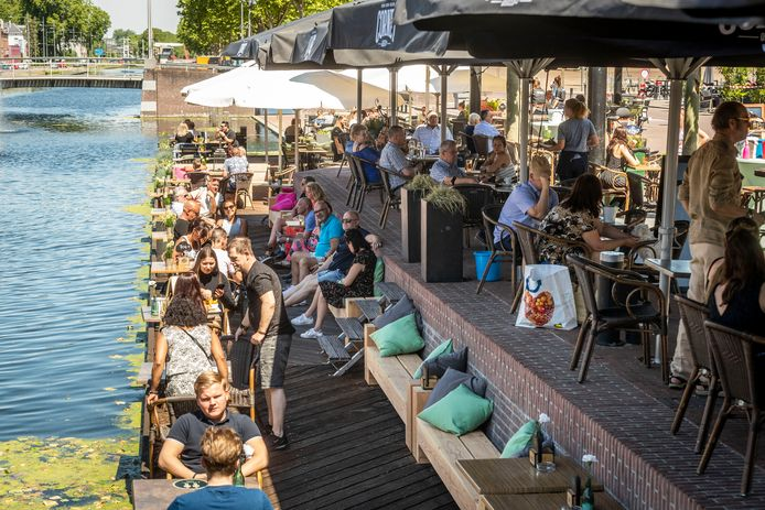 De terrassen aan het Havenplein in Helmond stroomden maandagmiddag snel vol.
