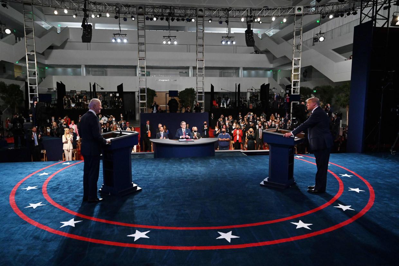 President Donald Trump (rechts) en Joe Biden aan het begin van hun debat in de  Case Western Reserve University in Cleveland, Ohio.  Beeld AFP