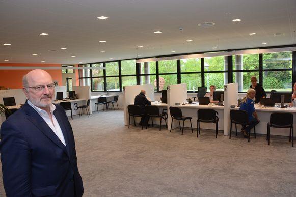 Burgemeester André Van de Vyver in het nieuwe onthaal waar verschillende themabalies zijn ondergebracht.