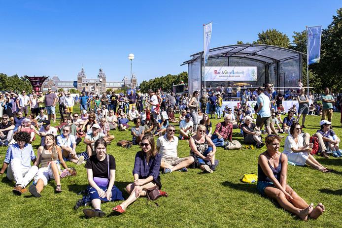 Bezoekers tijdens de zomerse tweede dag van de Uitmarkt.