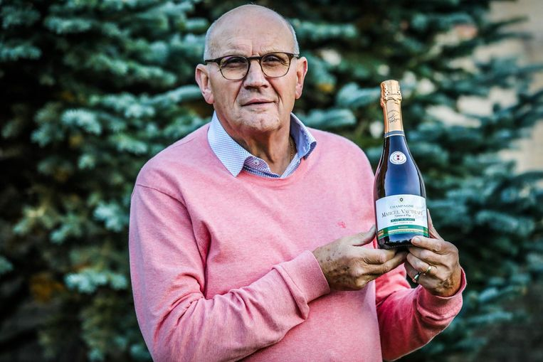 Norbert Declercq met 1 van de 250 champagneflessen die hij verkoopt, waarvan de inkomsten integraal naar het Arianefonds gaan. Het fonds steunt onderzoek naar leukemie.
