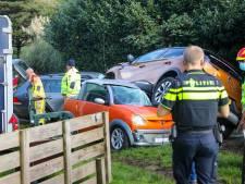 Auto eindigt na crash bovenop geparkeerd voertuig in Apeldoorn: twee gewonden naar ziekenhuis