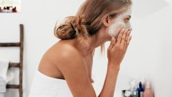 8 fouten die ook jij maakt bij het reinigen van je gezicht (en hoe je het wél juist doet)