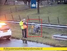 Rijkswaterstaat plukt fietser van de A12 bij Veenendaal: 'Een levensgevaarlijke situatie'
