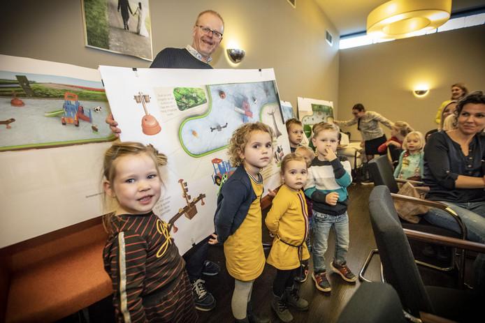Kinderen ( 3 en 4 jarigen) beslissen mee over het ontwerp van het nieuwe peuterbad van zwembad Vondersweijde.