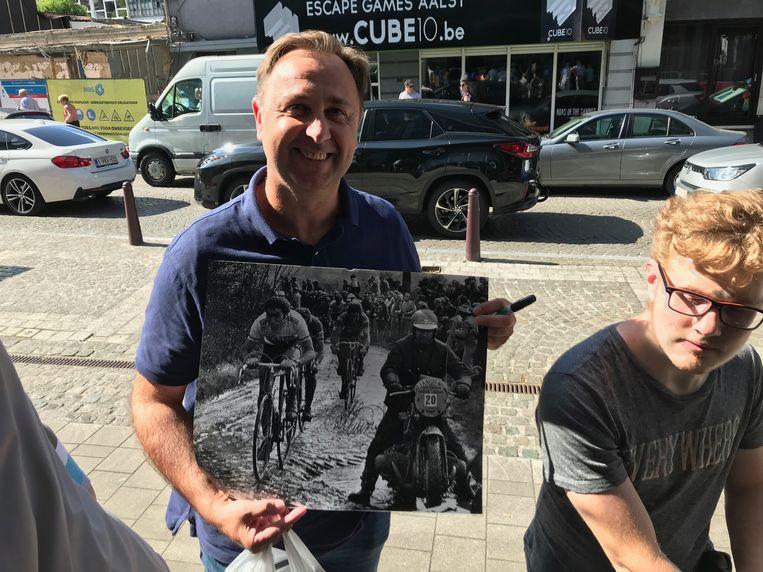 Verzamelaar Joerie Van den Steen met zijn oude foto van Roger De Vlaeminck.