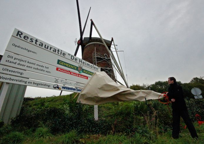 Wethouder Martien de Bruijn geeft hier in oktober 2010 in Rucphen het startsein voor de omvangrijke restauratie van de Heimolen.