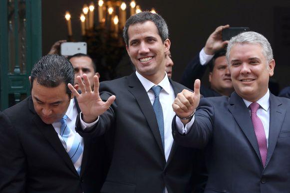 Juan Guaido (midden) en de Colombiaanse president Ivan Duque na het overleg.