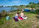 Anita en Roland Kootkar komen zomers graag naar De Zaag, hij is als kind opgegroeid op het eilandje.