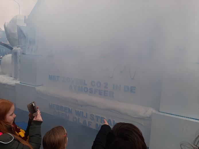 Carnavalsprotest tegen uitstoot CO2 in Beekse optocht.