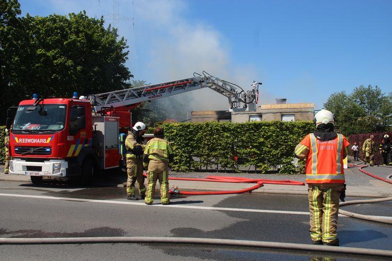 De brandweer bluste van buitenaf, omdat het dak ook niet meer stabiel was.