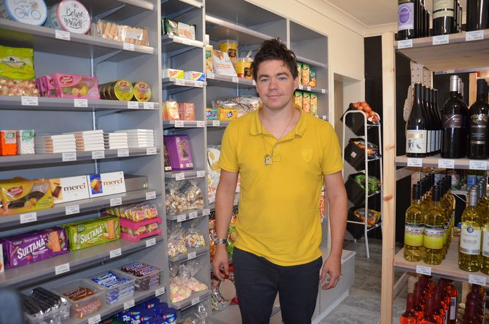 Uitbater Davy Van Steerteghem opent buurtwinkel Snoeperken in Okegem.