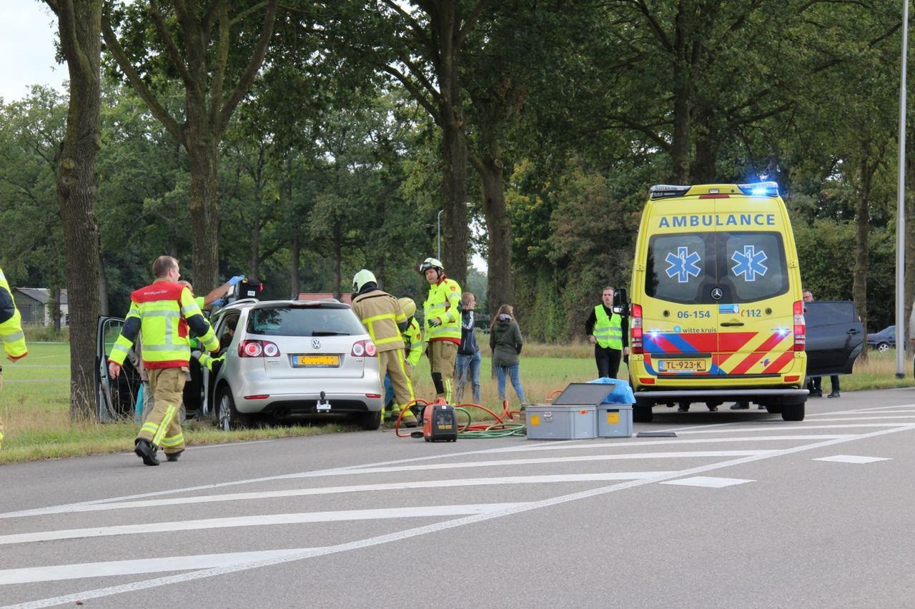 Brandweerlieden bevrijden de passagier van een voertuig dat frontaal op een boom is gebotst op de Terborgseweg in Westendorp.