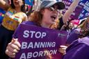 Pro-abortus activisten betogen voor het gebouw van het Hooggerechtshof in Washington.