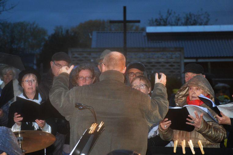 De dirgent begeleidt de koren Sint-Gertrudis en In Dulci Jubilo 2000.
