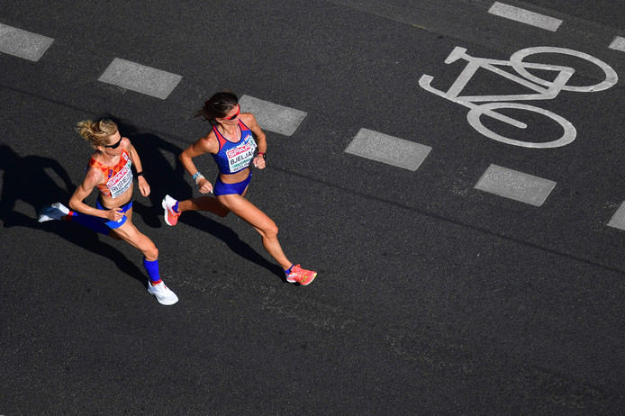 Ruth van der Meijden (links) loopt gelijkop met Bojana Bjeljac uit Kroatië tijdens de marathon op de EK atletiek.