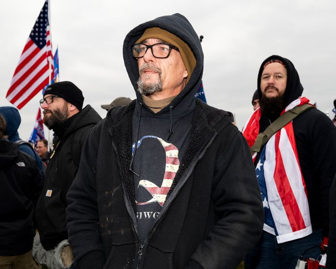 QAnon-aanhangers verzamelden vorige week in Washington DC voor de bijeenkomst waar president Trump toe had opgeroepen als protest tegen de officiële bekrachtiging van de verkiezingsuitslagen. Na afloop trokken ze samen met andere Trump-aanhangers massaal naar het Capitool, dat ze bestormden en uiteindelijk ook binnenvielen.