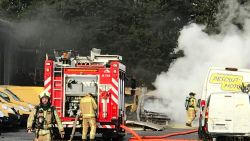 Werknemer schrootbedrijf voorkomt grotere schade door brandende wagen op te scheppen en buiten te rijden
