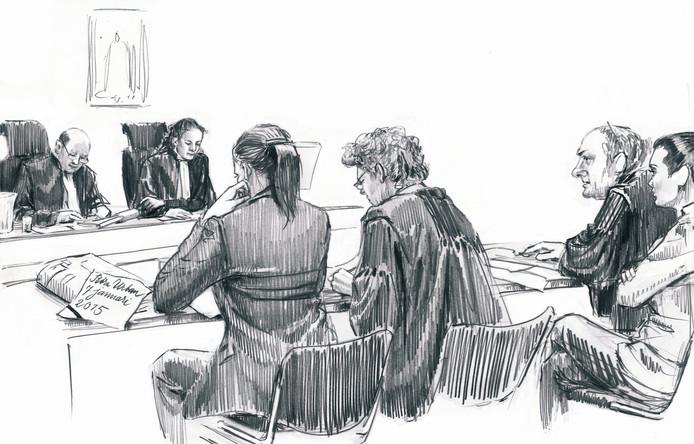 Cevdet Y. in de rechtbank. De tweede van rechts is zijn advocaat.