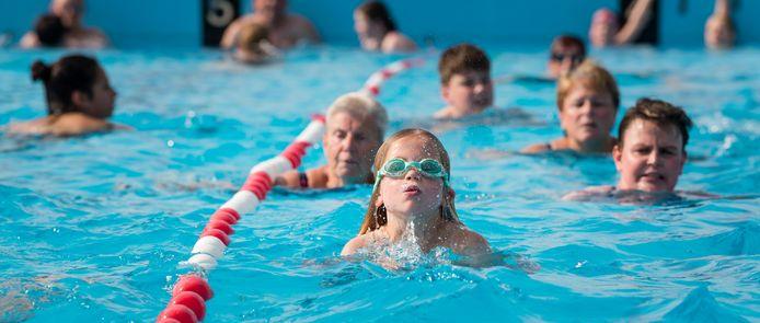 Hoe vaak en waar kan Enschede straks zwemmen, is de grote vraag in de politiek en onder zwembadgebruikers
