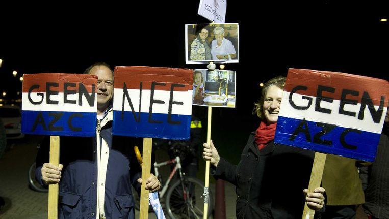 Voor het gemeentehuis van Steenbergen zijn enkele tientallen betogers samengekomen. Beeld anp
