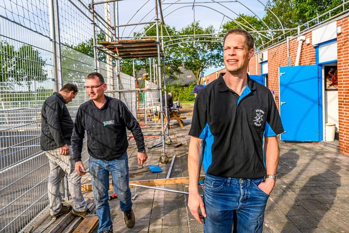Orion heeft - binnen een jaar - de renovatie van de twee handbalvelden kunnen voltooien. Tevredenheid bij het bestuur dus, dat met enkele vrijwilligers woensdagavond nog even de laatste klusjes aanpakt. Rechts voor voorzitter Martijn Buijs.