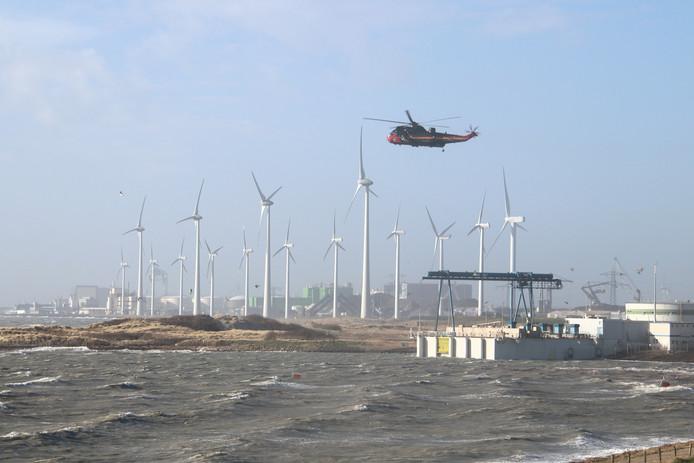De Kustwacht zoekt met helikopter en diverse schepen naar de drenkeling bij de Sloehaven in Vlissingen.