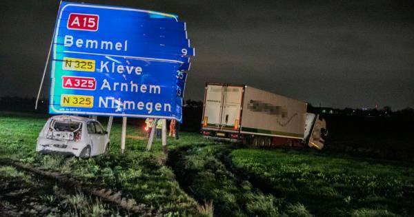 Twee ongelukken op A15 bij Slijk-Ewijk: auto raakt total loss, twee vrachtwagens beschadigd.