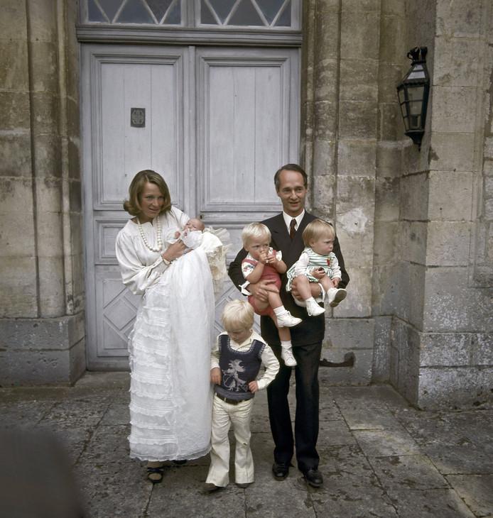 Prinses Irene en prins Carlos Hugo met de kinderen Carlos (staand), Margarita (rechts in arm), Jaime en Maria Carolina.