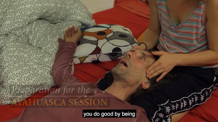 Een gebruiker van ayahuasca in een promotievideo van het bedrijf in Eersel.