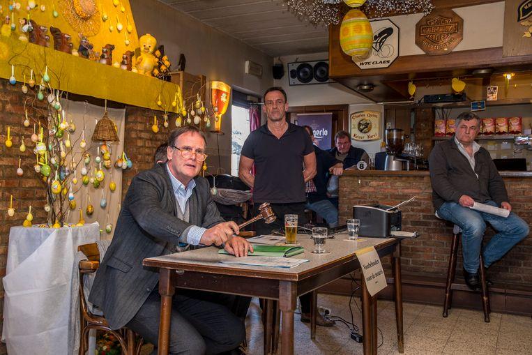 In café Holvenhoeve in Geel klopt de notaris een verkoop af.
