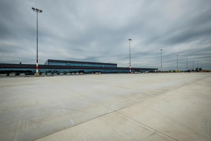 e082b90be3f De opstelplek voor vliegtuigen bij de nieuwe terminal van Lelystad Airport.